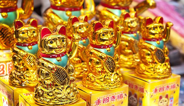 Lucky fortune cats at a Hong Kong market stall. Photo Credit: Shutterstock.